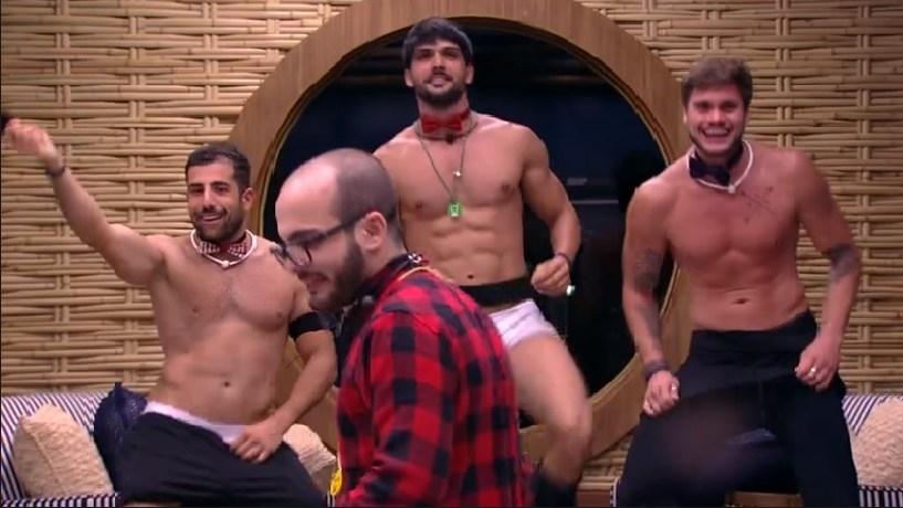 #BBB18 - Lucas, Kaysar e Breno fazem stripper para Mahmoud