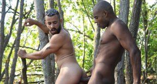 Os brasileiros Wesley Nike e Marcelo Wiliam fodem gostoso no meio da floresta