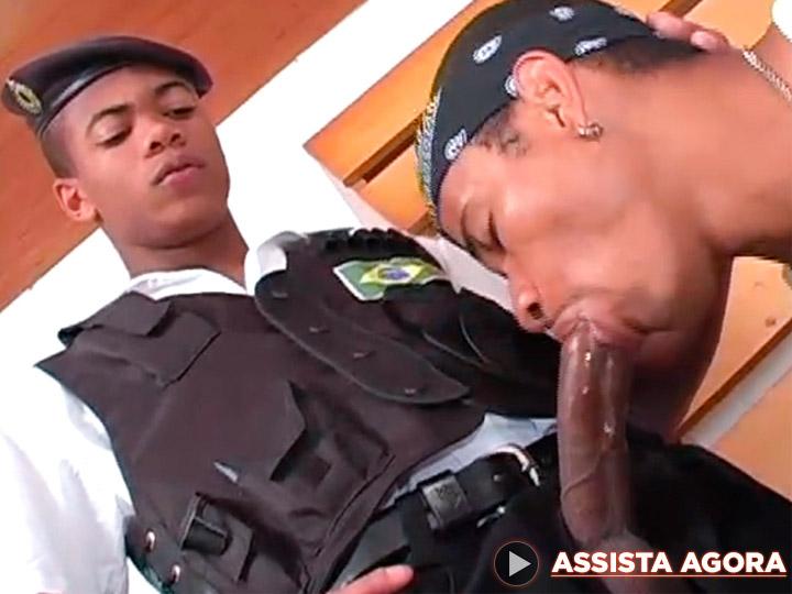 Policial socou a vara no vagabundo